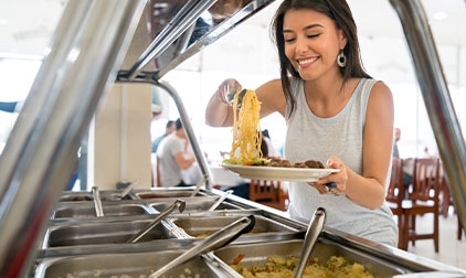 vomfeinsten-catering-hannover-frau-nimmt-essen-in-kantine