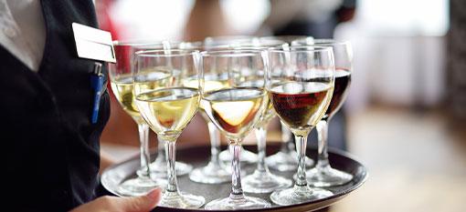 vomfeinsten-catering-hannover-kellner-mit-gläsern